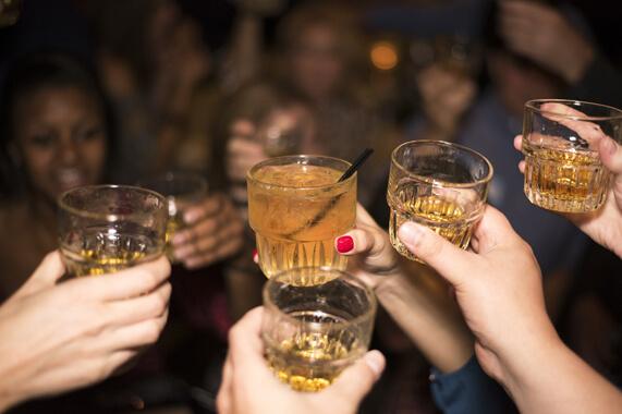 Alcol e giovani, allarme alcolismo tra adolescenti